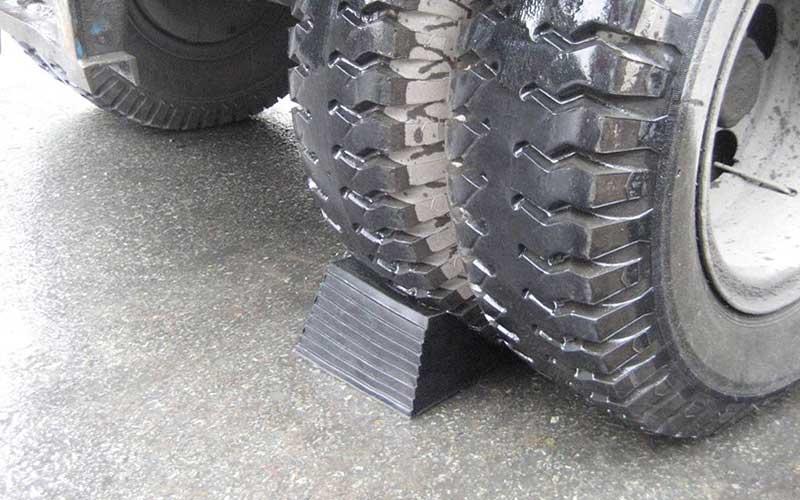 cục cao su chèn bánh xe hai mặt